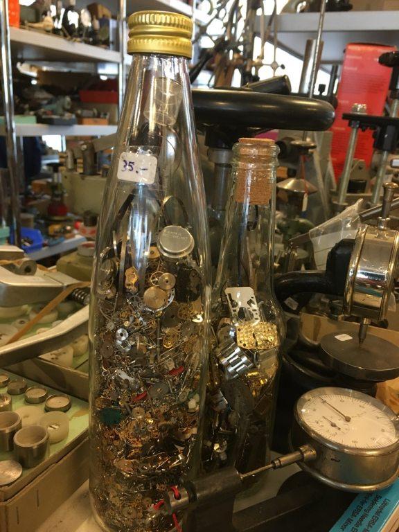 Flasche mit Uhren Teilen - Herrli